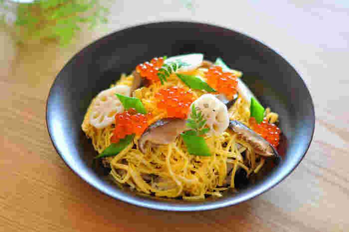 華やかさが大切なちらし寿司。具材は、干し椎茸やかんぴょう、酢レンコンなど味つけのベースになるものと、海老やいくら、木の芽など豪華さ、美しさ、季節感などを演出するものをバランスよく組み合わせます。椎茸煮や酢レンコンなどは、前日に作っておくとラクです。