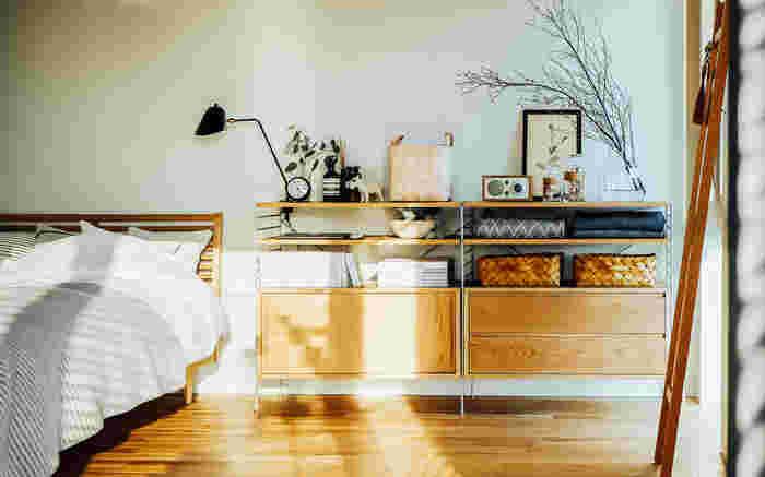 モノが多い場合、収納家具選びは特に大切なポイントになります。お部屋のなかで目に触れる場所に置く収納家具は、「素敵なデザイン」にこだわって選びたいもの。  たとえばお気に入りの雑貨や本をしまうキャビネットは、見せる収納と隠す収納を合わせたデザインを選ぶというアイデアも。  お気に入りは飾りながら収納する、細々としたモノはカゴを使うなどインテリアになじむ収納を取り入れてみませんか。モノが見えても素敵な収納家具なら、眺める楽しみが生まれます。