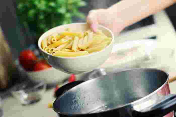マカロニのようなショートパスタは、それぞれがくっつきやすいので、茹でるお鍋はなるべく口の広いものを選びましょう。たっぷりのゆで汁に塩を入れるのは、ロングパスタと同じ要領で。塩の量は水量の0.5%くらい、2人分で小さじ1くらいが目安ですが、パッケージに記載された分量も参考にしてみてください。