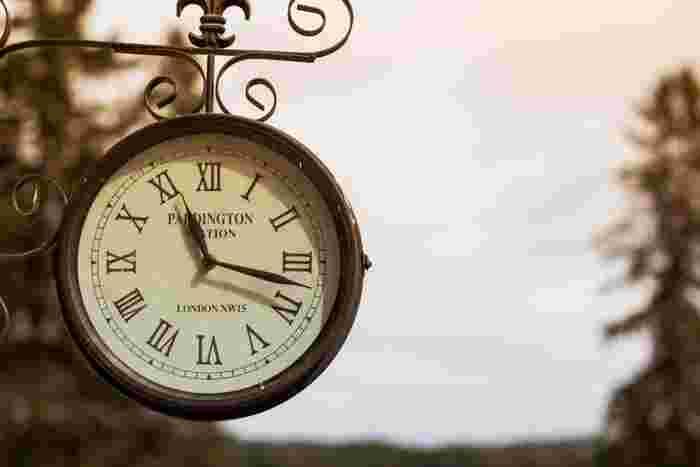 遅刻は避けたいですが、早く着きすぎるのも会場側の迷惑になりかねません。会場に着く時間は10~15分前くらいに行くといいでしょう。早めに行くと主催者への印象もいいですし、挨拶もしやすくなります。