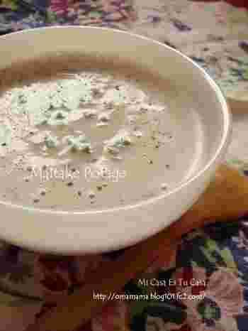 舞茸を使ったポタージュですが、味噌も入っているのでなんだかホッとする味に仕上がります。コクのある美味しいポタージュは、パンにつけて食べてみたいですね。