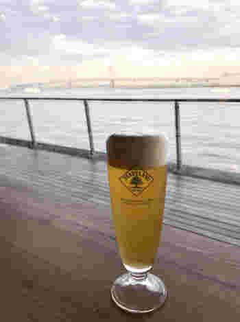 オーシャンビューのカウンターで飲むビールは格別です。