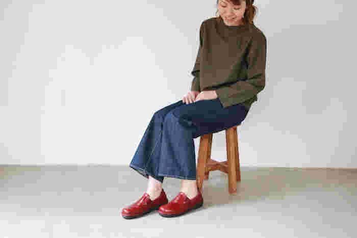 トレンドに左右されないシンプルでベーシックなデザインと、快適な履き心地を兼ね備えた『NAOT』のレザーシューズ。 イタリア製の上質な天然皮革を使用したおしゃれな革靴は、オン・オフ様々なシーンで活躍してくれます。