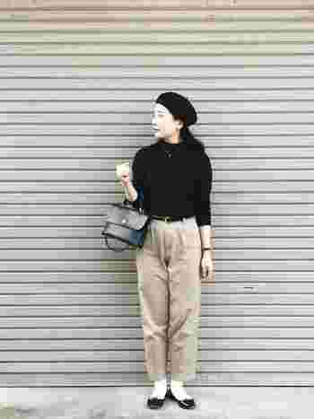 YAECA(ヤエカ)のパンツ以外は、モノトーンでまとめてシンプルに。バレエシューズと白靴下のコーディネートや、小物の使い方でナチュラルな雰囲気に仕上がっていますね。
