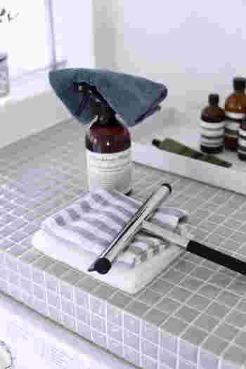 お風呂掃除は、「バスクリーナー」、汚れを拭き取る「マイクロファイバークロス」、そして水気をすっきり取る「スクイーザー」、この3つがあれば基本のお風呂掃除はOKです。汚れが気になる場合は、さらに目地を洗う「ブラシ」などを追加しましょう。