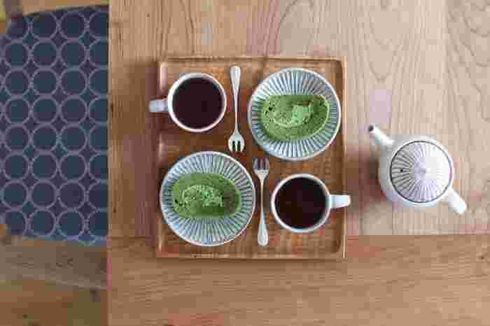 おうちカフェ実践。 ポットもカップもお皿も山田雅子さんの作品で統一すれば、素敵なティータイムが実現しそう。