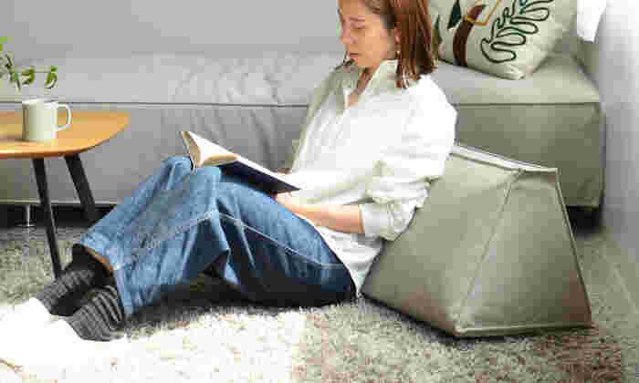 背クッションを外して本体のみでデイベッドとしても使えます。三角型のスタイリッシュなクッションは、単品で使うこともできるから、使い道が何通りにも広がりますね。