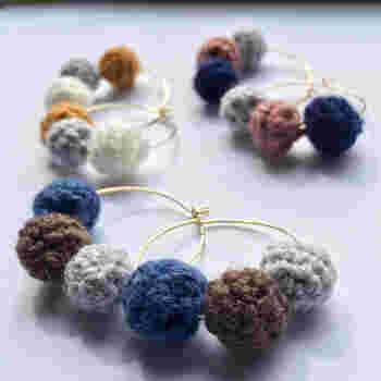 手編みで丸々と編み上げられた、コロコロニットボールがかわいいフープピアス。フープのシャープさと、丸型のやわらかさが絶妙に組み合わされた大人かわいいデザインです。 さらに、ぐっと来るのが色味。ちょっとくすみのあるダスティカラーで、冬のファッションにバッチリ馴染みます。