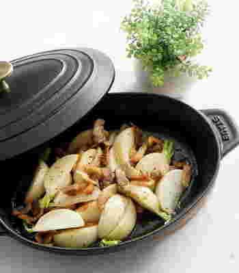 蕪とベーコンでシンプルに蒸し焼きにしただけなのに、蕪とベーコンの甘みがぎゅーっと詰まった美味しい一品です。