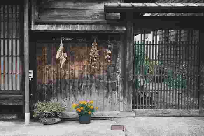 奈良井宿は近代以降大火がなかったため、江戸末期の形式をとどめた町家が多く残っており、昭和53年には「重要伝統的建造物群保存地区」の選定を受けました。千本格子や力強い梁組みが映える町の光景は情緒たっぷり。NHKの連続テレビ小説「おひさま」のロケ地でもあり、知る人ぞ知る観光地になっています。