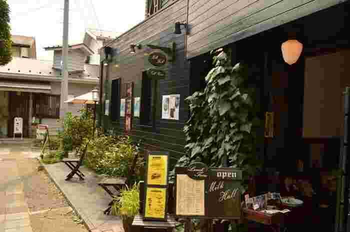 「ミルクホール」は鎌倉の小町通りそばに位置していますよ。1976年創業の、鎌倉を代表する老舗喫茶です。純喫茶好きの間では知らない人はいないほどの知名度の高さです。