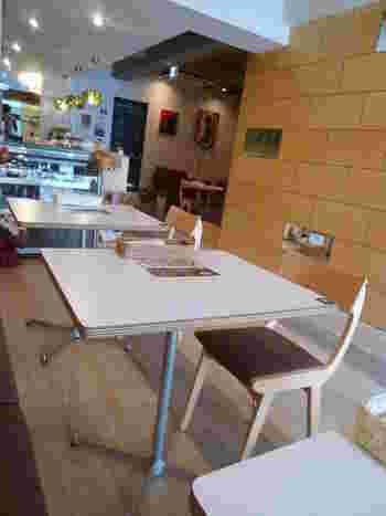 祐天寺といえばここ!というくらい有名な「祐天寺カフェ」。木の温もりあふれる店内は、ゆったりくつろげる癒し空間です。