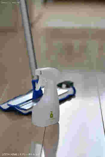 マイクロファイバークロスを使ったMQモップは、水だけで汚れが落ちると評判のモップです。素足で触れる床にはあまり強い洗剤は使いたくないものですよね。水だけで、キッチンの油はねもきれいになるなんて嬉しいですね。