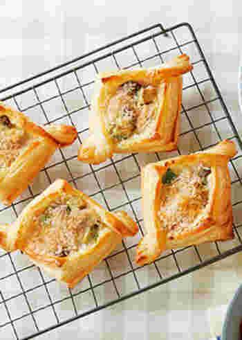 きのことアボカドが入ったベシャメルソースを乗せて焼くグラタンパイ。パン粉を振ってから焼くので、サクッとした食感に仕上がります。やわらかくなったアボカドの濃厚な味わいが口いっぱいに広がります。