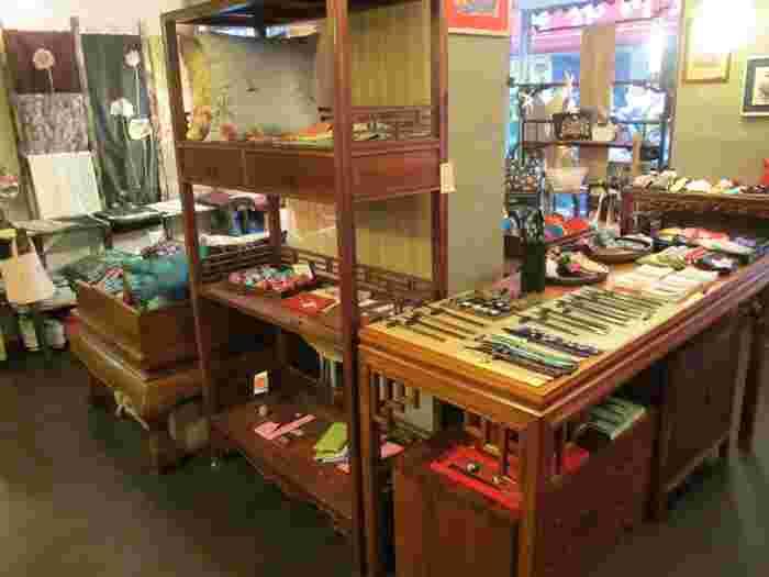 お店に入ると、歴史を感じる木製家具がずらり。  チャイナドレスやレトロなお箸など、見ているだけでもとても楽しいですよ。