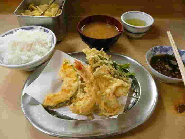 いもや本店は、揚げたての天ぷらが低価格で楽しめる庶民の店。村上春樹が、小説家になる前、アルバイトをしていた時期に夫人といっしょによく食事をしたお店だそうです。近くに、姉妹店の「とんかついもや」と「天丼いもや」もありますのでお間違いなく。