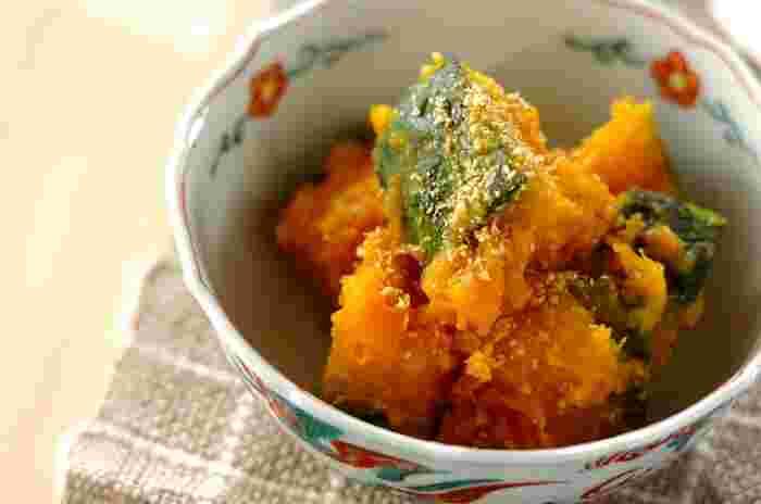 レンジでやわらかくしたかぼちゃを、甘辛い味噌だれにからめた一品。すりごまの香ばしさが魅力です♪ かぼちゃは大きさを揃えて切ると、均等にやわらかくすることができるのだそう。