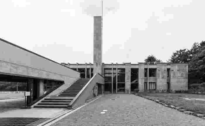 前川國男氏の母方の原籍地である弘前市には、前述の木村産業研究所をはじめ多くの作品が残されています。弘前市民会館は、学都弘前のシンボルとして1964年に建てられました。コンクリート打ち放しの外観は県産材のヒバの型枠で造られ、コンクリートでありながら木目肌が息づく仕上げで周囲の緑に溶け込みます。大ホールの緞帳は棟方志功作。津軽の文化が息づく建物です。