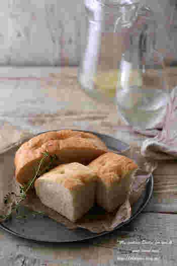 イタリア料理でお馴染みのフォカッチャ。シンプルだけど、小麦本来の味を感じられて後を引くおいしさです。作り方もいろいろありますので、自分に合った方法で試してみませんか?