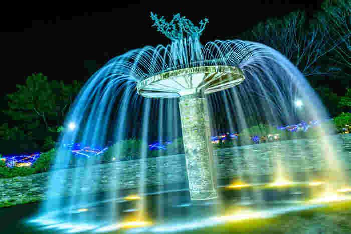 公園のシンボル的存在である大噴水のライトアップは幻想的で本当に美しい。