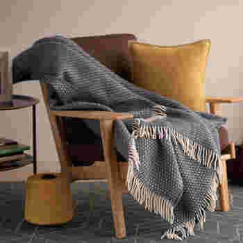 漁師の着るセーターをイメージして、小さな結び目(ナット)を規則的に並べたデザイン。上質なラムウール100%の生地はふんわり軽く暖かで、シングルの毛布くらいのサイズがあるので、全身すっぽりとくるまることができます。