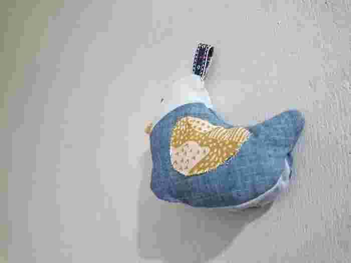 ぬいぐるみのような愛らしい小鳥の形の鍋つかみ。お腹の辺りがパカッと割れるようになっていて、熱い取手をしっかりキャッチ。変わった形の鍋つかみがほしいときに♪
