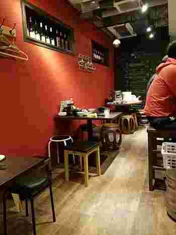 赤と黒を基調とした店内は、昔の上海をイメージしているそう。カウンターとテーブル席のこじんまりした空間が、隠れ家のよう。
