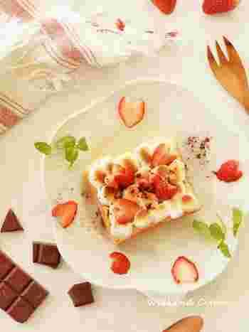 忙しい朝も、トーストにマシュマロをのせて焼くだけで、ふんわりとろーり美味しいマシュマロトーストのできあがり。カットした苺をのせれば、ほどよい酸味と食感もプラスされます。