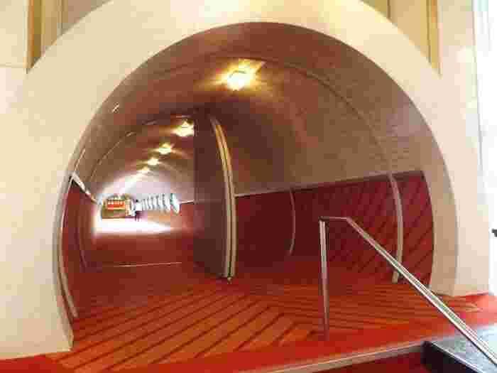 広いロビーを見渡すと、窓に面した一角にトンネルのようなものがあることに気付きます。実はこれは、本館と別館をつなぐ円筒形の渡り廊下。そしてこの場所こそが、ハトヤホテルの中で特に人気のインスタ映えスポットなんです。