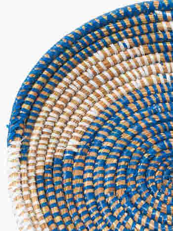 素材は水草にビニールが巻き付けられて作られています。水草の質感とビニールの光沢のコントラストが面白い。