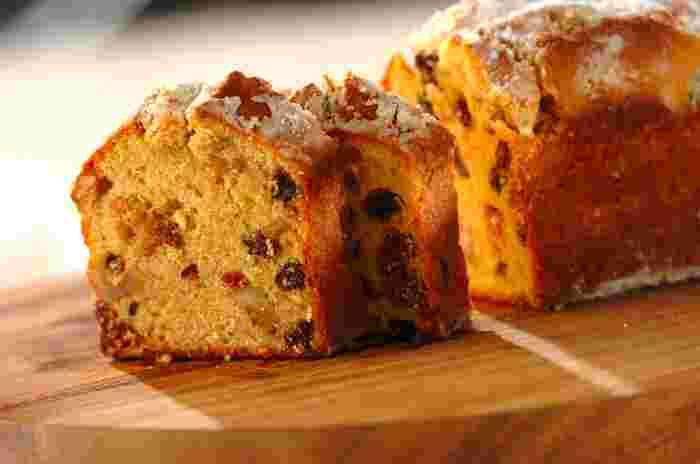 発酵させないシュトーレン風のパウンドケーキは、イチジクやクランベリー、アーモンドプードルも入った、豪華で食感も美味しいケーキ。ラム酒とレモン汁につけたドライフルーツが、大人の味わいを演出します。