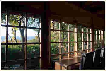 もともとはお茶の席のための「食堂棟」だった建物を改装されたのだとか。  壁一面に大きくとられた窓に、木々の緑が美しく映えますね。 窓からは「大文字山」が身近に眺められます。