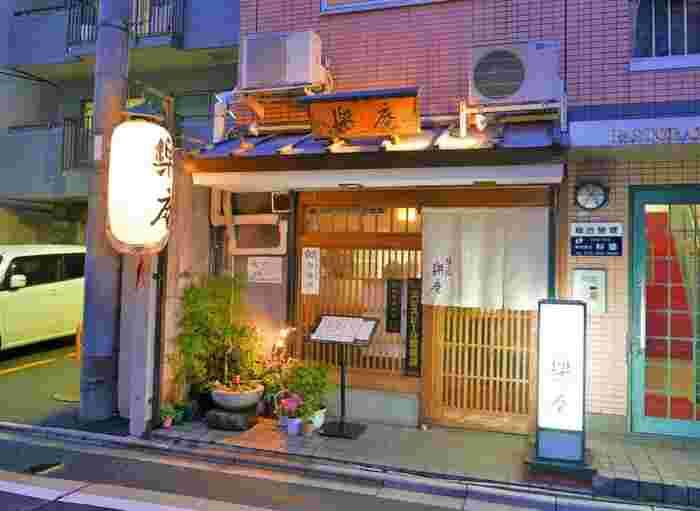四条通りから一本南下した綾小路通り沿いに佇む居酒屋さん【楽庵】。こじんまりとしたお店ですが人気が高く、旅行で立ち寄るなら早めの予約がおすすめです。