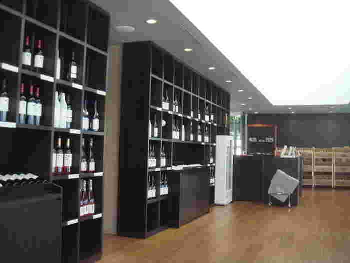 見学などを終えた後は、ワインとお食事を楽しんでみては!テイスティングカウンターでは、様々なワインを味わえるそうです。