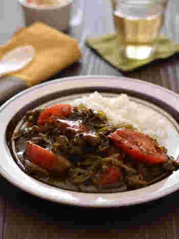 黒すりゴマをたっぷり入れた黒ごまカレー。 牛肉の切り落としをベースにしたカレーは、長時間煮込まない分、仕上がりもスピーディー! トマトが加わることで、夏らしくスパイシー&さっぱりと頂けます。