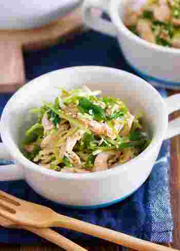 レンジで作れる、簡単お役立ち副菜レシピ。ヘルシー食材と中華ダレのヤミツキになる味で、ワンボウルくらいペロリと食べてしまいそう。