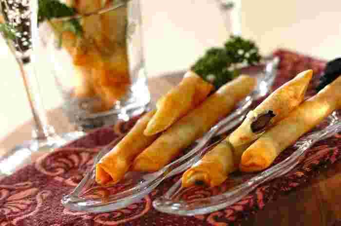 栗きんとん×クリームチーズの組合せと、黒豆×チーズ×ベーコンの組合せ。どちらも甘さと塩気がクセになるチーズスティックです。親戚や友人を招いたお正月パーティーに、ぜひ一品加えてみませんか?