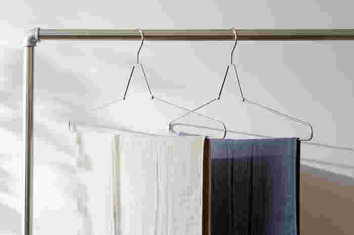 バスタオルを室内干しする時は、干す場所に困ってしまいがち。そんな場合にはバスタオル用のハンガーを用意しておくのがおすすめです。こちらのハンガーは、使わない時は折りたたんでおけるので、省スペースに収納できて便利。サビにくいステンレスなので屋外でももちろん使え、シンプルなデザインは室内干しの時も見た目がすっきりします。