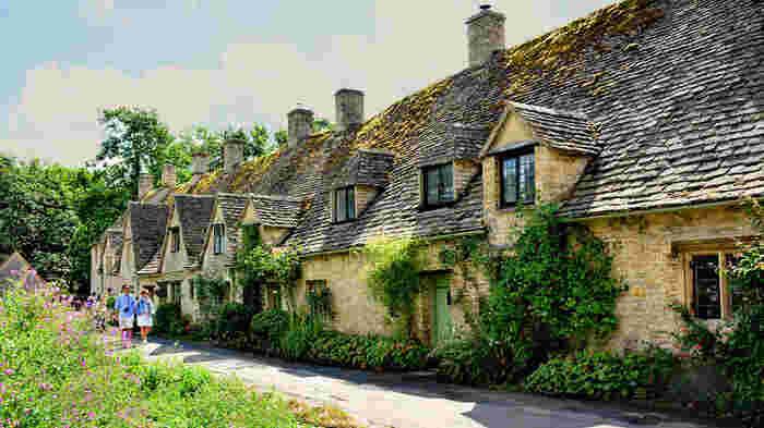 バイブリーには、「アーリントン・ロウ」と呼ばれる14世紀に建てられた石造りのコテージが700年以上もの時を経てた今も尚、造られた当時と変わらない姿で現存されています。