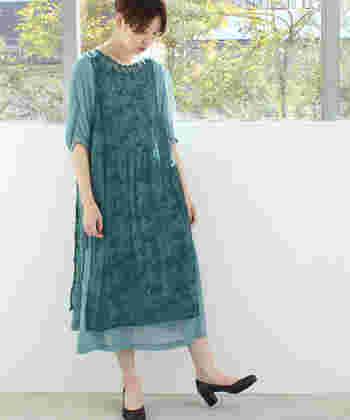 爽やかな寒色系のドレスは、夏におすすめです。星や鳥や花が糸で描かれた存在感のあるこちらのドレス。レース部分とシフォン部分は別に着ることもできるので、いろんな着こなしが楽しめますよ。