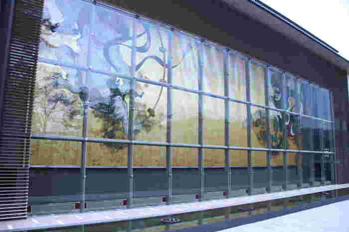 温泉テーマパーク施設「箱根小涌園ユネッサン」のお隣にある岡田美術館。日本・中国・韓国を中心に、古代から現代までの美術品が数多く収蔵されています。100%源泉かけ流しの足湯カフェも併設され、そのお向かいには日本画家・福井江太郎氏によって創造的に再現された風神・雷神の大壁画「風・刻(かぜ・とき)」が展示されています。