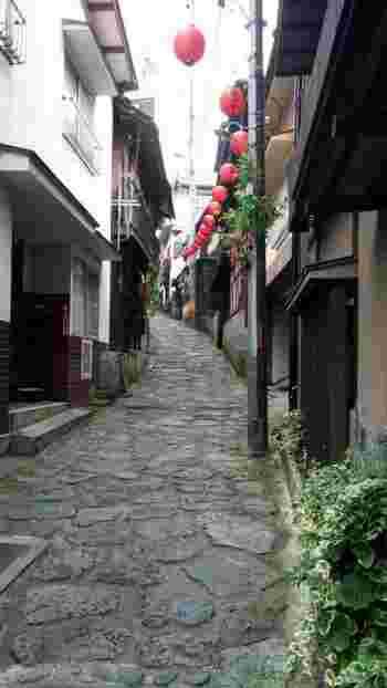 JR湯平駅からは、ボンネットバスで送迎してくれます。温泉街までの行程から、既に情緒感タップリ! ボンネットで揺られること約20分。湯平温泉に到着すると、名物の『石畳』が迎えてくれます。湯平温泉の象徴である石畳は、約300年前の江戸時代に作られました。花合野川の石で敷き詰められた石畳の坂道からは、どこか懐かしい香りがします。