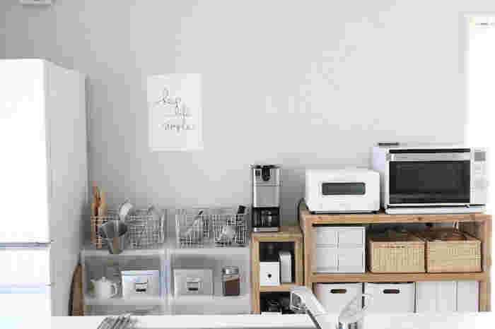ものが多くなりがちなキッチン収納の上には、こんなアクセントで目線を逸らすのが◎ ロゴのみのポスターを、あえてフレームに入れずにシンプルに飾って。  淡いブルーグレーの壁紙になじんで、オシャレなキッチンの演出に一役買っています。