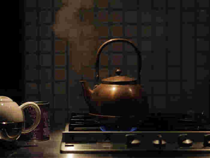 コーヒーカップ4杯分のお湯の量は、約600ccです。適温は90℃前後。  熱湯はコーヒーの苦味やえぐみを強める原因になってしまうため、お湯は完全に沸騰させないよう気をつけましょう。沸騰後に火を止め、湯の表面が静かになればOK。沸かしたやかんなどから直接入れるのではなく、ドリップポットなどにお湯をうつします。