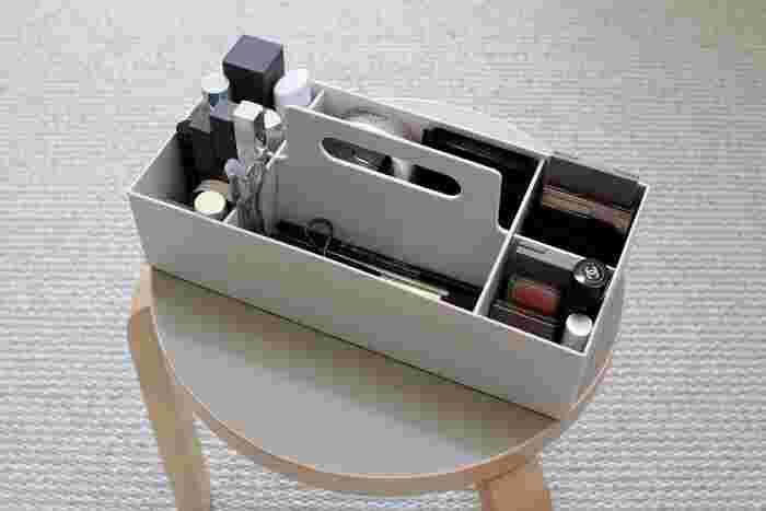 リビングなどでもメイクをする方には、こんなアイテムを使って収納方法もいいですね。無印良品のキャリーボックスは、コスメの収納にもぴったり。ブラシやファンデーションなど、アイテムごとにすっきりと収納できます。持ち手がついているので、コスメをまとめて持ち運ぶのも楽々。ぜひお手本にしたい使い方です。
