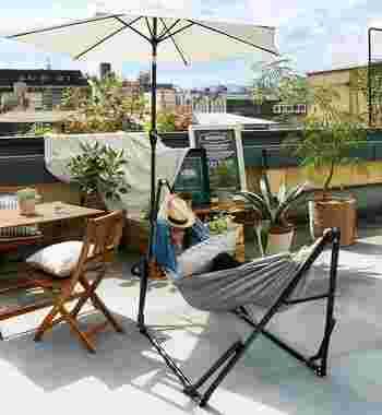 植物をたくさん並べたベランダも素敵ですが、どうせならゆっくり過ごせるスペースに整えたいもの。デッキベンチやテーブルを置いて楽しんだり、狭くても椅子を1脚置きフカフカのクッションを乗せればお部屋とは違うリラックス空間を体感できるでしょう。