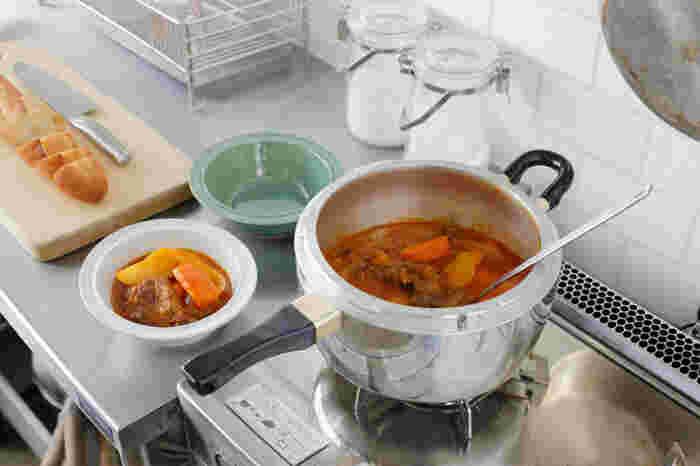 具体的なおすすめ料理としては…。 ・角煮 ・手羽元の煮物 ・チャーシュー ・カレー&シチュー ・根菜の煮物 ・煮豆 ・ぶり大根 ・お赤飯&玄米ご飯  などがあげられますが、他にも、魚を骨ごと煮込んだり、すじ肉、さつまいもやトウモロコシなどの調理にもぴったりです。赤ちゃんのいるご家庭では、離乳食作りにも圧力鍋は大活躍してくれますよ!
