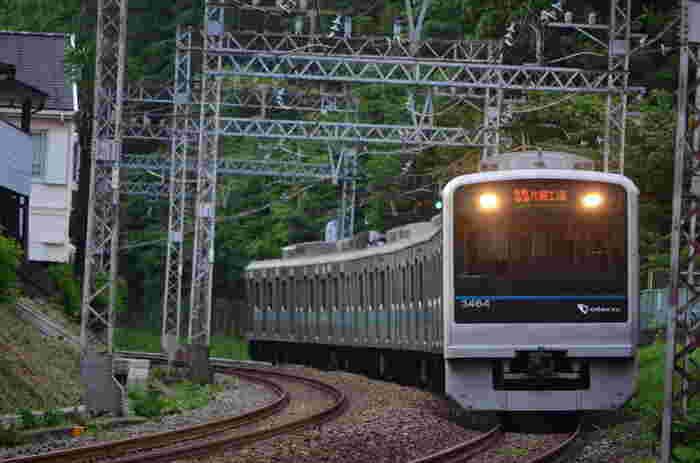 首都圏から江ノ島へ向かうには、湘南モノレールまたは小田急線が便利。湘南モノレールの最寄り駅は「湘南江の島駅」、小田急線は「片瀬江ノ島駅」です。  ◆湘南モノレール:大船から、湘南江の島駅までは約15分ほどで到着。駅から江ノ島までは徒歩約15分。 ◆小田急江ノ島線 新宿からロマンスカーを使うと、乗り換えなしで1時間ほどで片瀬江ノ島駅に到着。江ノ島までは徒歩約10分。