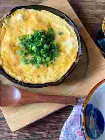 ■顆粒昆布だし×シュレッドチーズ  スキレットを活用した出汁×チーズレシピ。顆粒だしを使っているので、アウトドア調理にもぴったりです。  豆腐をバターで焦げ目がつくまで焼いたら、卵と明太子、チーズ、顆粒だしを混ぜ合わせたものをかけて焼き上げます。それぞれの素材の持つ本来の味わいを顆粒だしがしっかりと引き出して、結び付けてくれるんですね。