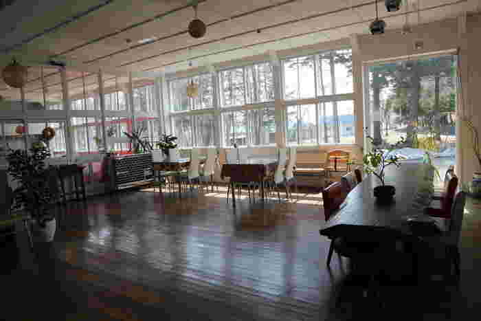 以前は小学校だった建物を利用した多目的スペース「とかるね」内にあるカフェ。懐かしい雰囲気を漂わせる明るい空間が印象的です。カフェの他には雑貨店やアンティークショップも入っているので、雑貨好きさんはぜひ訪れてみて。